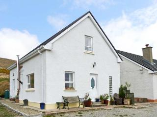 STRABOY GARDEN COTTAGE, cosy cottage, with two double bedrooms, walks from the door, in Glenties, Ref 14906