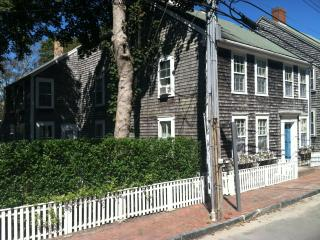 Charming historic 7 BR home near town center, Nantucket