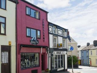 SOUTERGATE APARTMENT, super king-size bed, shops/restaurants on doorstep, close National Park, in Ulverston Ref 13118