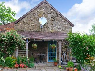 STABLE COTTAGE, stone-built cottage, king-size double room, roll-top bath, romantic retreat, in Church Stretton, Ref 14117