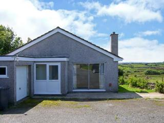 GODRE PARYS, single storey, pets welcome, enclosed garden, close beaches and walks, in Penysarn near Amlwch Ref 16770