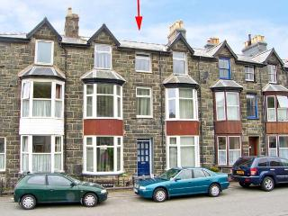 MAXWELL'S HOUSE, terraced townhouse, sleeps seven, in four bedrooms. Two minutes' walk to sandy beach, in Barmouth, Ref 14907
