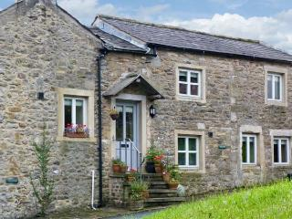 BELLE HILL COTTAGE, two bedrooms, farmhouse kitchen, village centre, in Giggleswick, Ref 16968