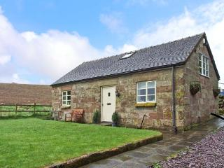 SPRINGFIELD BARN, detached cottage, roll-top bath, enclosed garden, Alton Towers close by, in Alton, Ref 15587