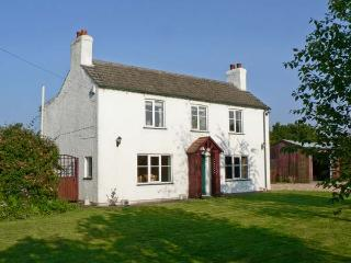 THE POPLARS, detached cottage, three bedrooms, enclosed garden, in Hogsthorpe, Ref 8445 - Skegness vacation rentals
