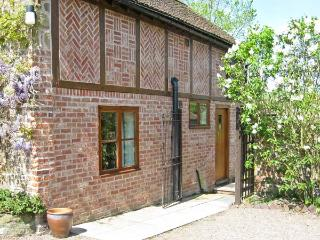 CEDARS MOUNT COTTAGE, romantic retreat, dressing room, enclosed patio, in Felhampton, Ref 8789 - Shropshire vacation rentals