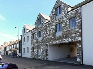 SMUGGLER'S DEN, stylish apartment with sea and harbour views, next to pub serving seafood in Isle of Whithorn, Ref 15040