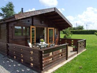 CROP VALE FARM, luxury timber lodge, romantic couples base, near Cotswolds attractions, in Cropthorne, Ref 17321, Worcestershire