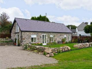 BEUDY HYWEL, detached barn conversion, en-suite king-size double bedroom, lawned garden, pet friendly, in Llanrug, Ref 6145
