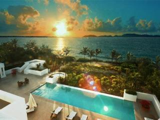 New Beachfront Villa on Sandy Beach -Villa Arushi, West End Village