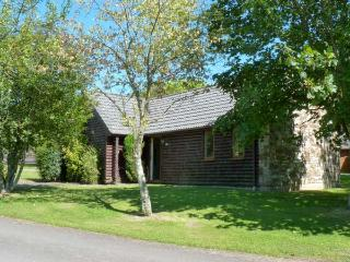 LAPWING LODGE, a family-friendly lodge, with Jacuzzi bath en-suite, and fishing lakes and golf in grounds, in Lanivet Ref 13968