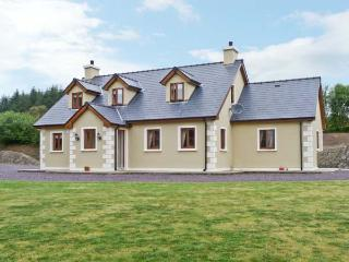 PRIEST'S LEAP COTTAGE, near scenic walks, dolphin and whale spotting nearby, on the edge of Ballylickey Ref 13274