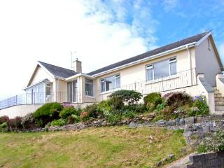 SEIBIANT, cottage near to the coast, picturesque walks at Snowdonia National Park, with a garden in Criccieth, Ref 13675