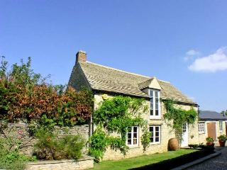 DUTTON HOUSE, detached, open fire, shared use of swimming pool in Witney, Ref 19027