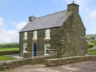 STONE COTTAGE, near to the coast and picturesque walks, en-suite bathrooms, sea views, with a garden in Ballydavid, Ref 17689, Dingle