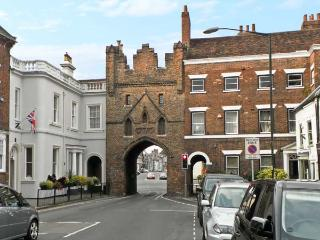 MORLEYS MEWS, lovely duplex apartment in historic market town, close cathedral, market & amenities. In Beverley Ref 18545