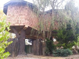 Treehouse Hideaway- Hot tub & Log burner, Canterbury