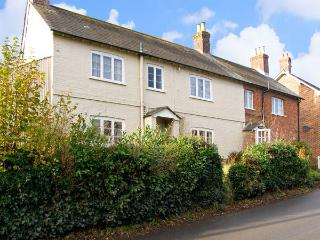 LINDEN LEA, detached, pet friendly cottage with garden in Child Okeford, Ref 7195
