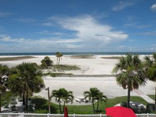 Stunning Sunsets in a 2BD/2BA Condo on the Gulf!, Treasure Island