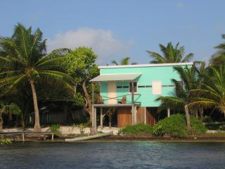 Coconut Grove - 1 bedroom beachfront cottage, Caye Caulker