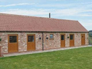 POTTOWE COTTAGE, barn conversion, with woodburning stove, Jacuzzi bath, shared walled garden, in Stokesley, Ref 13981