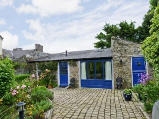 THE COACH HOUSE, romantic retreat, en-suite bedroom, woodburning stove, large garden, in Bandon, Ref 17449