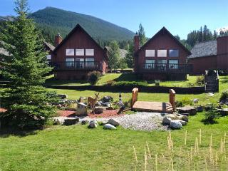 Near Lake Louise with heated pool, hot tub, Seebe