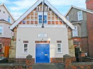 THE OLD LIFEBOAT HOUSE, unique property, enclosed patio, walking distance to beach, in Hornsea, Ref 19846