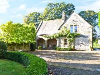 THE COACH HOUSE, open fire, off road parking, gardens, in Otley, Ref 6299