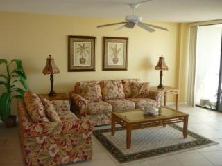 Family Beachfront Fun at this cozy condo in Gated Resort, Marco Island