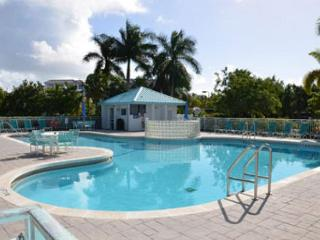 Spacious Condo w/ Huge Pool & Hot Tub. Close to The Beautiful Smathers Beach!, Key West