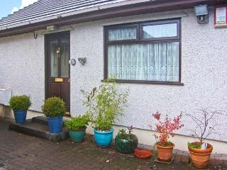 BROOKSIDE COTTAGE family-friendly, close to amenities in Risca Ref 18794, Newport -Trefdraeth