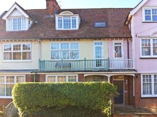 SAMPHIRE HOUSE, Victorian townhouse, with multi-fuel stove, enclosed patio garden, pet-friendly, in Mundesley, Ref 20834