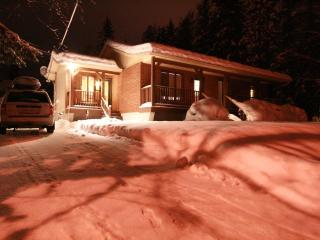Budget 3 bedroom POOL/BBQ / 42' TV laptop & WiFi, Mont Tremblant