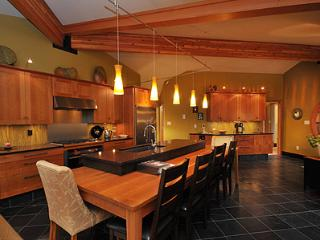 Luxurious 2 Bedroom Bungalow Steps to Comox City Centre and Amenities