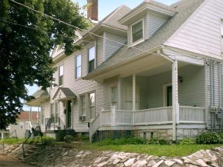 Spacious lodging 25 mins. from the St. Louis Arch, Alton