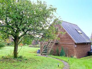 OAKELEY MYND LOFT, bright romantic studio apartment, countryside setting, walking/cycling, close Bishop's Castle Ref 20308, Shropshire