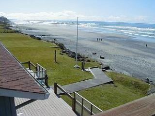 Sea Star South - Oceanfront w/ Hot Tub, Lincoln City
