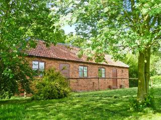 HILL TOP COTTAGE, stunning views, off road parking, garden with orchard, near Lincoln, Ref 19923