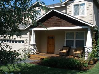 Westside favorite with a hot tub - Perfect for skiing, biking and golf!, Bend