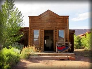 Escape it all - The Rustic, Moab Guest Cabin! LOOK
