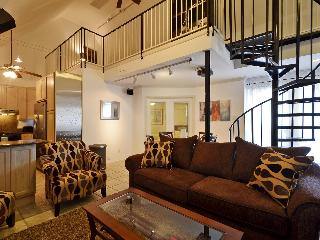 Great location sleeps 10! 2 blks to Conv. Ctr +6th, Austin