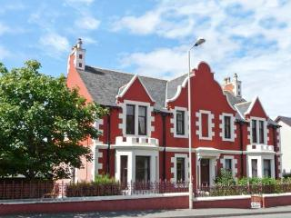 CAIRN DHU APARTMENT, ground floor, central location, parking and garden, in Stornoway, Ref 21471