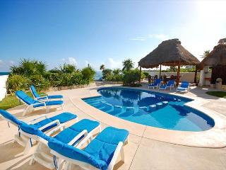 Lovely beachfront condo with pool.  2 bedrooms, sleeps up to 6., Akumal