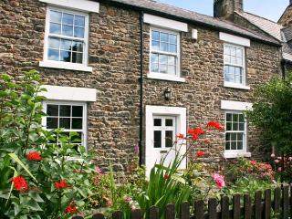 EASTFIELD, wonderful detached cottage, beams, close to shops, pubs and river, in Corbridge, Ref 22844