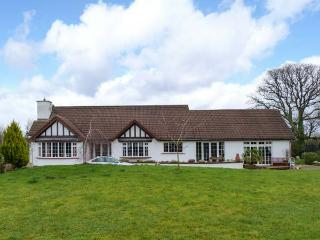 CALABONA, multi-fuel stove, Jacuzzi bath, private tennis court in Arklow, Ref 23340