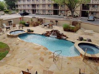 Beautiful Guadalupe River Escape only 6 blocks from SCHLITTERBAHN!, New Braunfels