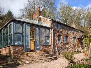 LAVENDER COTTAGE, detached stone cottage, woodburner, garden, river views, in Hoarwithy, Ref 22082