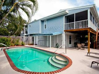 Blue Palm: 2BR Pet-Friendly Pool Home near Beach, Holmes Beach