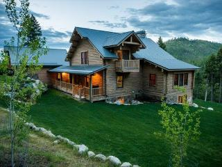 Call in deal only Rent 5 nights get 2 free on this Luxurious Mountain Lodge!, Lakeside